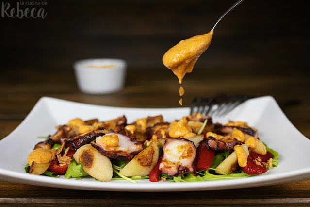 Ensalada de patata y pulpo con salsa romesco