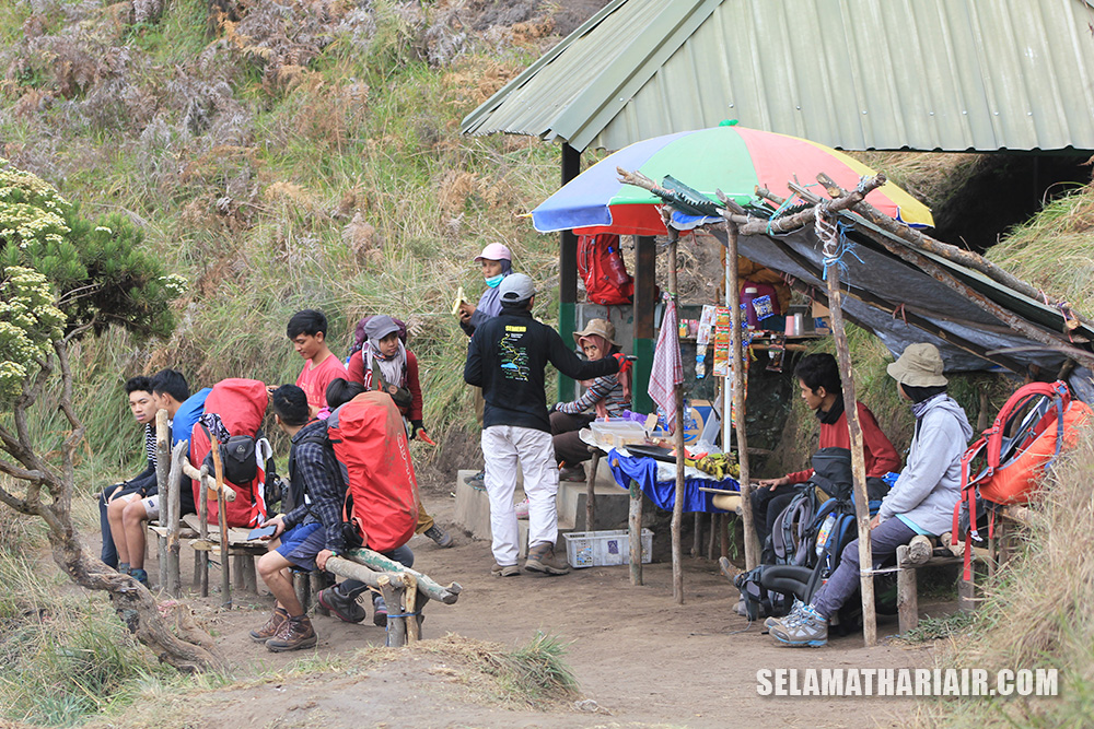 Warung di setiap pos pendakian Gunung Semeru