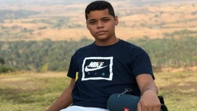 TRÁGICO: Jovem morre esmagado após motocicleta colidir com caminhão