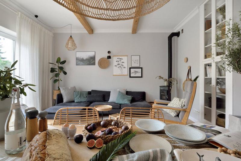 Salón comedor con madera y fibras naturales