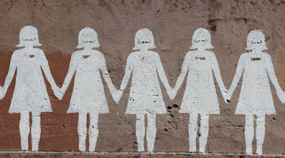 الحركات النسوية و5 تناقضات عنصرية ضد الرجال اتحاد النساء يمسكن ايدى بعض رسوم على الحائط الجدار women holding hands united painting drawing on the wall