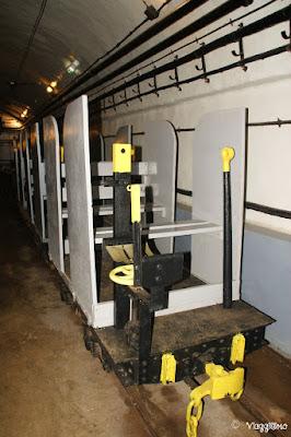 Il trenino degli approvvigionamenti nelle gallerie principali del Forte di Schoenenbourg