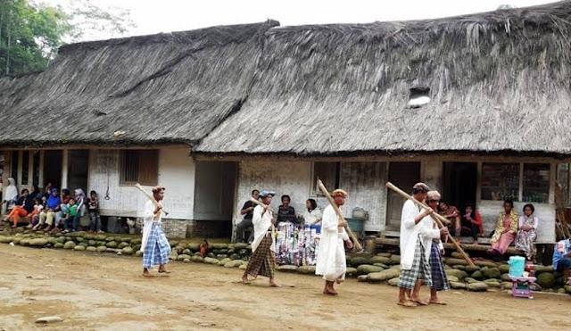 Tradisi Masyarakat Kampung Naga: Rela Menebas Kepala Manusia Demi Tato