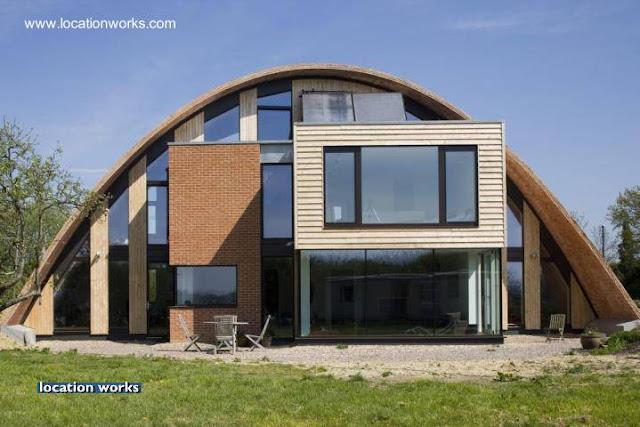 Residencia contemporánea inglesa con techo parabólico
