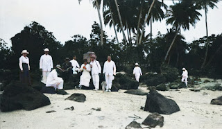 para turis yang berpose di lautan tapanuli