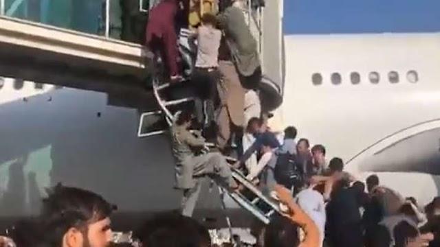 बिना सामान लिए  ही अफ्गानिस्तान में  देश छोड़ के भाग रहे लोग