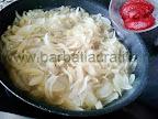 ceapa calita cu pasta de tomate - preparare reteta mancare cu aripioare de pui