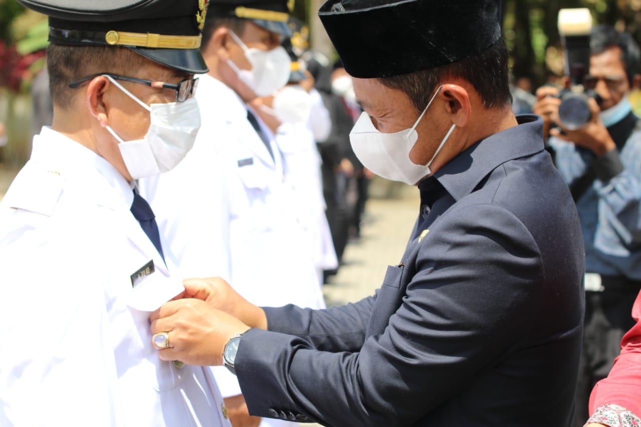 Wakil Bupati A Inayatullah saat memasang pin pada pejabat baru Muratara. (Poto/Ist)