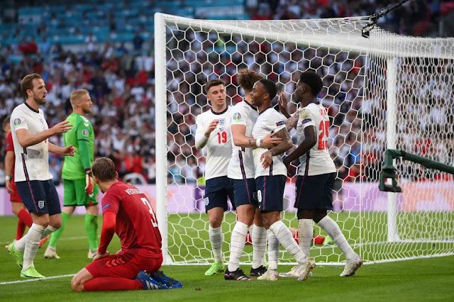 احتفال لاعبي انجلترا بالهدف الاول