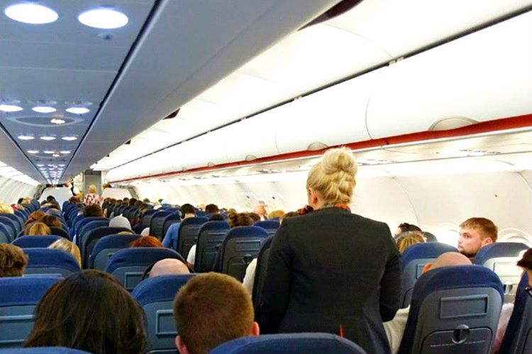 İkaz ışığı yandığında uçakta ayakta yolcu olmaması gerekir, yoksa bir kaza yaşanabilir.