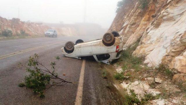 Veículo tomba após motorista perder o controle da direção, em Rio de Contas