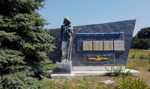 Райполе. Памятный знак воинам-односельчанам и жертвам сталинского режима