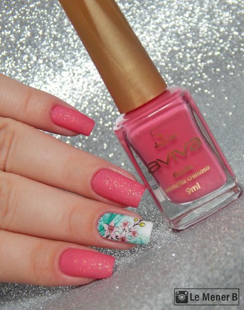 unha decorada com esmalte rosa