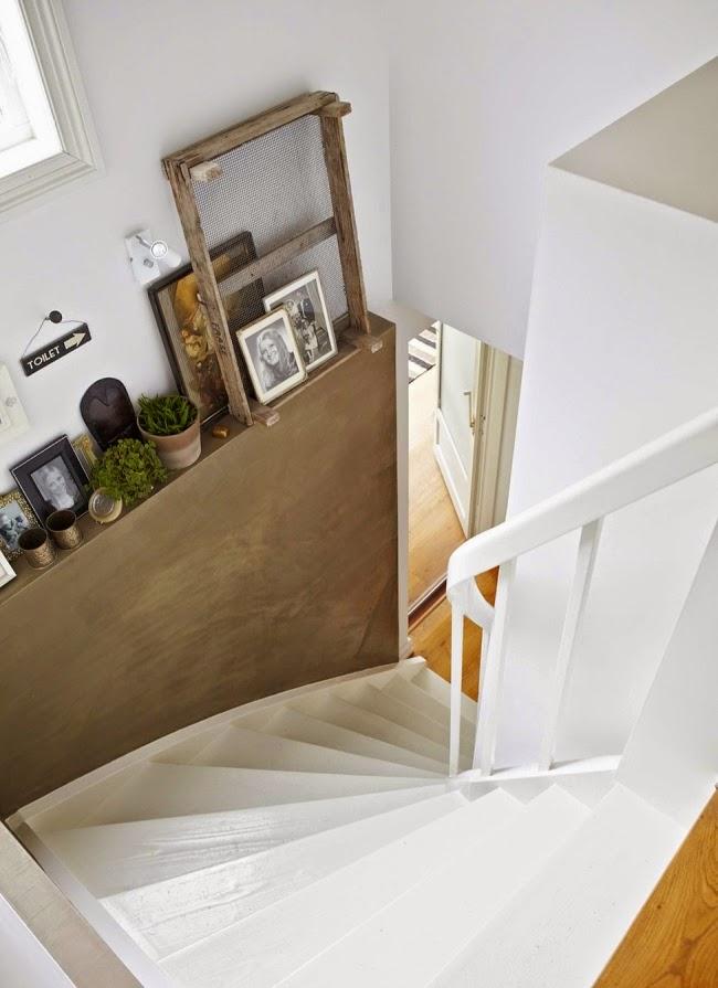 Mieszkanie w skandynawskim stylu z dodatkami vintage, wystrój wnętrz, wnętrza, urządzanie domu, dekoracje wnętrz, aranżacja wnętrz, inspiracje wnętrz,interior design , dom i wnętrze, aranżacja mieszkania, modne wnętrza, białe wnętrza, styl skandynawski, vintage, starocia, schody, ozdoby, dekoracja