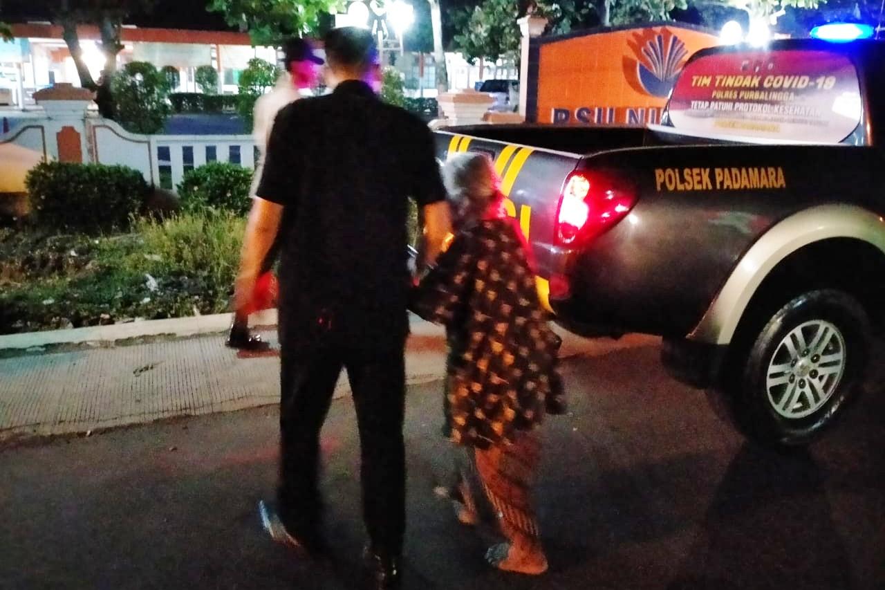 Malam-malam Nenek Berusia 80 Tahun Ini Tersesat Dijalan, Kapolsek Padamara: Kondisinya Sehat