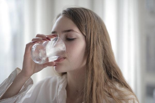minum air putih membantu mengeluarkan racun dari dalam tubuh