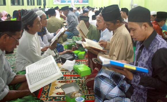 Satu Desa Di Trenggalek  Menyambut Maulid Nabi Yang Bersamaan Malam Pergantian Tahun Dengan Menghatamkan Al Quran