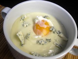 Receta de crema de coliflor con queso azul y huevo.