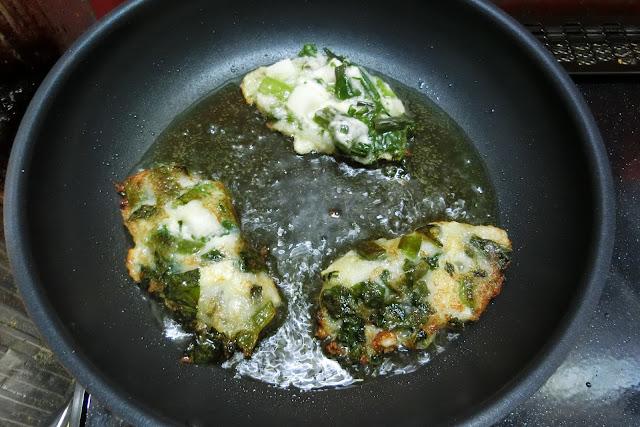 フライパンにサラダ油を熱し、お玉を滑らせるように入れ、生地が広がらないように整えながらこんがりきつね色になるまで焼きます。 片面が焼けたらフライ返しで裏返し、反対側もしっかり焼いて完成です。