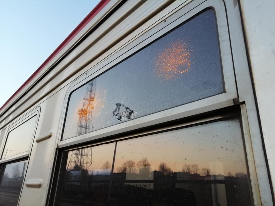 Izsists stikls pasažieru vilciena vagonā - 2