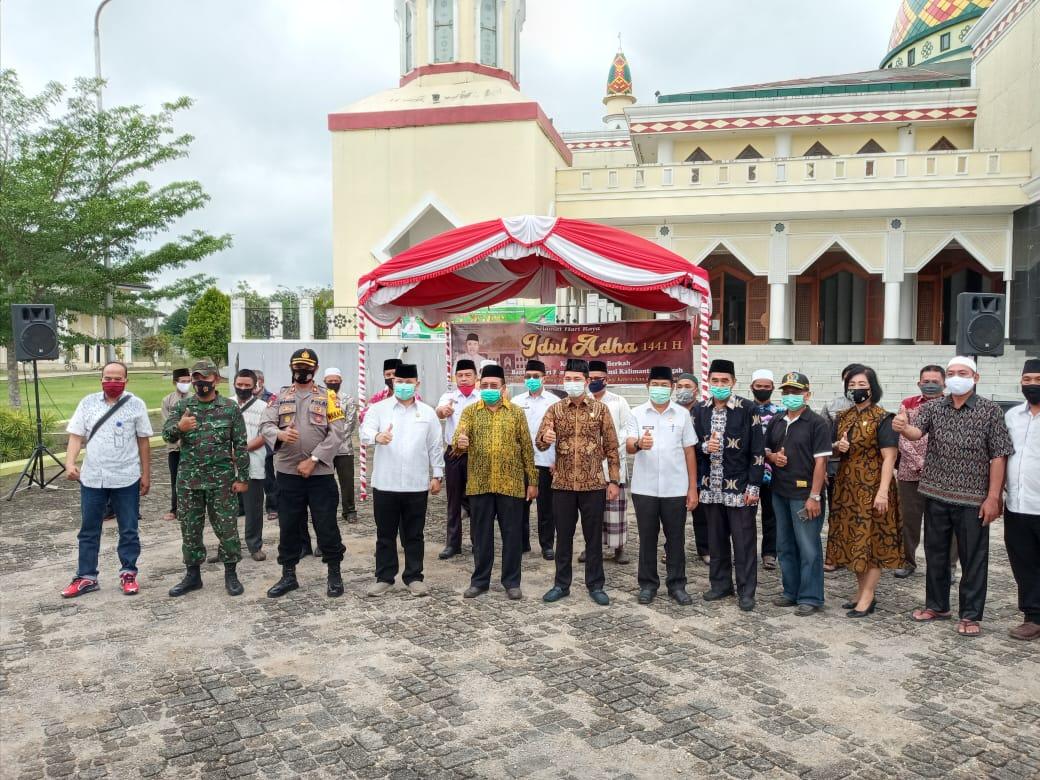 Kepala BKAD Nuryakin Serahkan 18 Ekor Sapi Pemprov ke Murung Raya