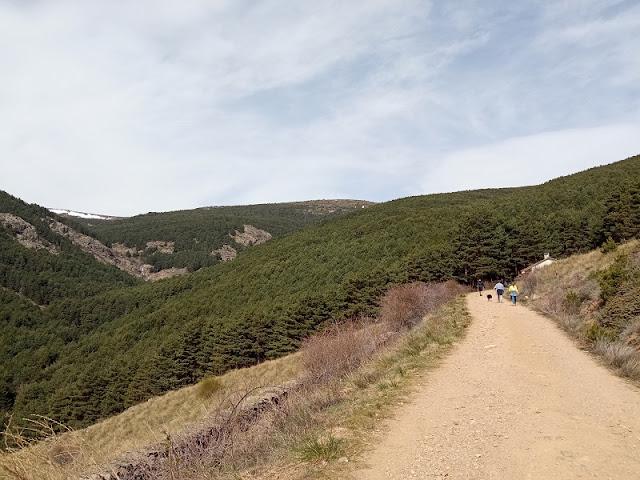 Vista de la Chorrera de San Mames (a la izquierda, al fondo), el camino para llegar y la Casa del Leñador (a la derecha)
