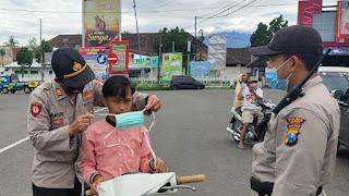 Polsek Sukowono Polres Jember Bagikan Masker Gratis Di Pasar