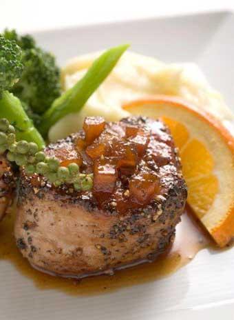 мясо кролика - 2 кг; крупный апельсин - 1 шт.; клюква - 200 г; паприка - 1/2 ч. л.; анис - 1/2 ч. л.; оливковое масло; красное вино - 100 мл; сахар - 3 ст. л.; соль, перец - по вкусу.