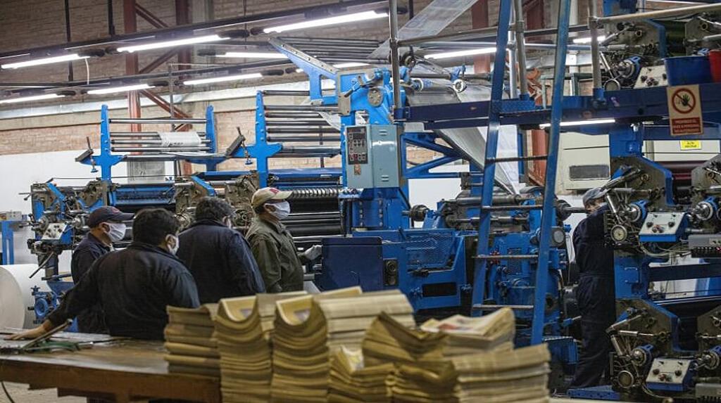 Los trabajadores gráficos del diario Correo del Sur de la ciudad de Sucre durante la impresión de periódicos / CARLOS RODRÍGUEZ
