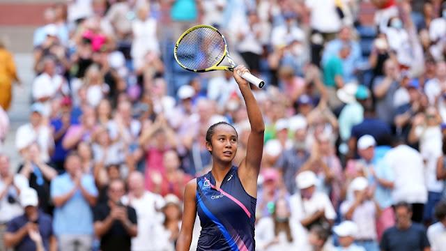 Leylah Fernandez faz saudação ao público após vitória sobre Elina Svitolina no US Open