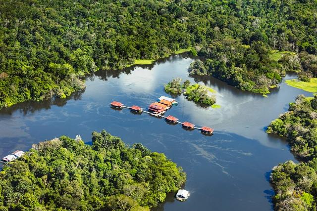 Vista aérea da Pousada Uakari Lodge, na Amazônia, por Gui Gomes