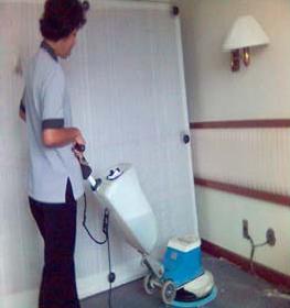 Gambar: Membesihkan Lantai dengan Floor Maintenance Machine
