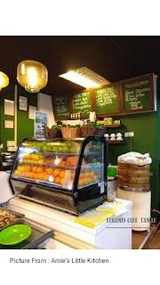 Display makanan yang ada di sudut cafe