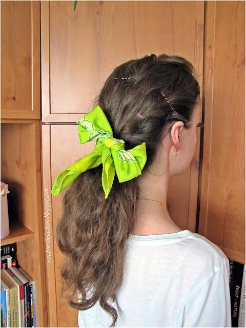 Fryzura z chustą do włosów, koński ogon z kokardką