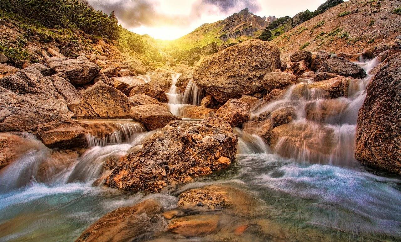 منظر خلاب جدا عبارة عن شلال من الماء والصخور