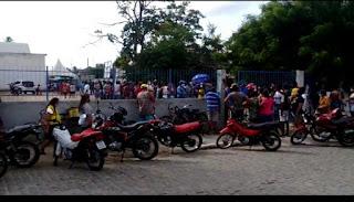Prefeitura de Sapé entrega peixe em meio á aglomeração sem medidas sanitárias