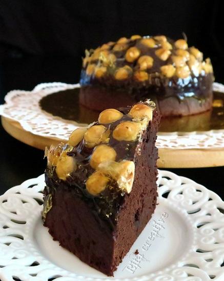 czekoladowe ciasto z orzechami i karmelem