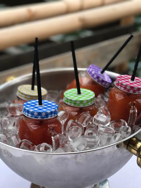Mason Jars, alkoholfreier Cocktail Bunte Wiesenblumenhochzeit im Riessersee Hotel Garmisch-Partenkirchen, heiraten in Bayern, zwei Bräute, Regenbogen