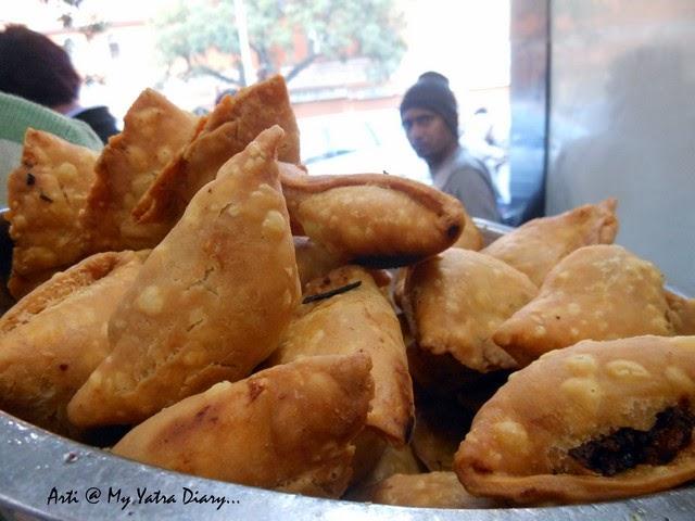 Samosas at Samrat Restaurant, Chaura Raasta, Jaipur food, Rajasthan