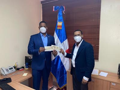 Bolivar Valera recibe cheque de donación