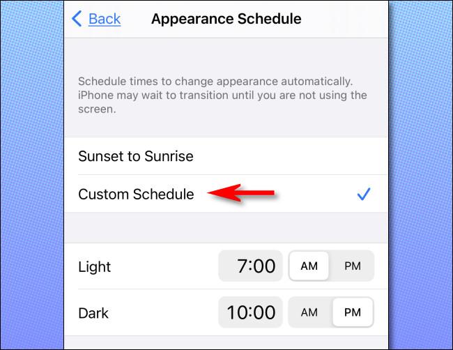 """في إعدادات iPhone ، انقر على """"جدول مخصص"""" وقم بإعداد الأوقات التي تريدها."""