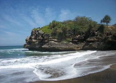 Pantai Jolosutro Blitar, Si Hitam Memanjakan Mata