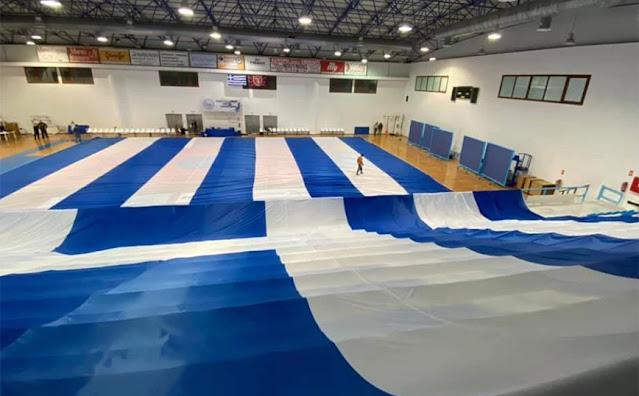Μια ελληνική σημαία 1.500 τετραγωνικών μέτρων, κατασκευάστηκε με πρωτοβουλία ομάδας Σαντορινιών, με στόχο την αναγνώρισής της ως παγκόσμιο ρεκόρ Γκίνες.