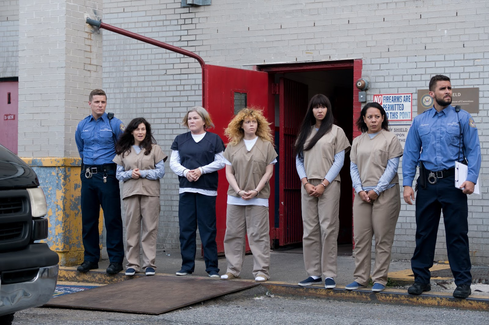 Blake, Morello, Red, Nicky, Flaca, Gloria y Stefanovic en la séptima temporada de Orange is the New Black