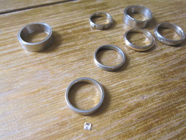b7f2746191d Titaanist abielusõrmuste komplekte saab osta kasvõi otse Internetist, kuid  ma võtsin endale pähe, et minu sõrmuse sees peaks olema sõrmuselaiune kivi,  ...