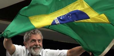 Lula acenando com a bandeira do Brasil