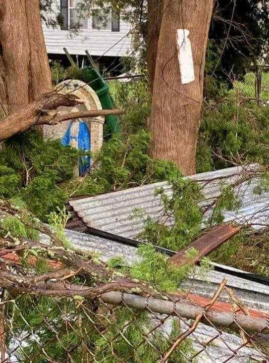 Em volta o furacão Ida quebrou tudo mas a imagem de Nossa Senhora ficou intacta