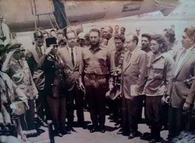 """Sejarah Revolusi Kuba     Digerakkan oleh semangat yang kuat, Revolusi Kuba telah mengemban aspirasi-aspirasi programatik dari arus yang paling revolusioner. Ini yang pertamakalinya sejak meninggalnya Jose Marti (1895), pemimpin gerakan pembebasan Kuba dari penjajahan Spanyol. Pemimpin pasukan gerilya internasionalis dalam proses revolusi tersebut, Comandante Che Guevara, memiliki rencana-rencana strategis revolusioner.   1) Latar belakang revolusi kuba  2) Dampak revolusi kuba  3) Ppt revolusi kuba  4) Kesimpulan dari revolusi kuba  5) Sejarah singkat revolusi kuba  6) Makalah revolusi kuba  7) Tujuan revolusi kuba   Tentara Pembebasan Nasional dibawah komandonya akan disatukan di atas dasar strategi tunggal yang meliputi seluruh gerakan revolusioner Amerika Latin, dan selanjutnya akan dintegrasikan kedalam Tentara Proletariat Internasional. Setelah terlibat dalam revolusi Congo dan menyaksikan kekalahannya, Che semakin yakin akan pentingnya penyatuan kekuatan-kekuatan bersenjata secara internasional (paling tidak seluruh kawasan) untuk menumbangkan bangsa-bangsa penjajah. """"Inisiatif mengenai Tentara Proletariat Internasional tidak akan mati,"""" demikian tulisnya.  Ketika Che dan Kubanya, kamerad-kamerad Bolivia dan Peru berjuang di Bolivia, suatu peristiwa historis terjadi di Havana. Berbagai gerakan revolusioner dan organisasi-organisasi kiri dari seluruh negera-negara Amerika Latin bertemu pada konferensi Organisasi Solidaritas Amerika Latin (OLAS). """"Berbagai organisasi hadir disini"""" kata Armando Hart, delegasi Kuba, """"bertemu untuk"""