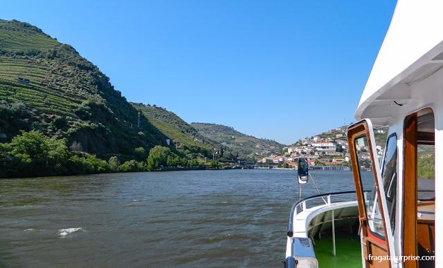 Barco chegando a Pinhão, no Rio Douro, Portugal