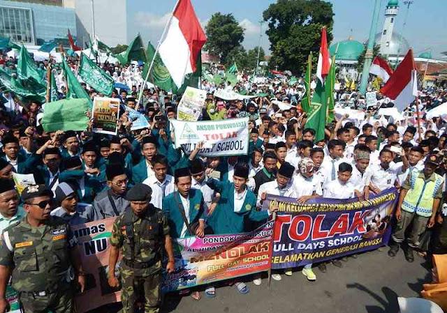 Soal 5 Hari Sekolah, Ribuan Warga Banyumas Tuntut Jokowi Copot Muhajir